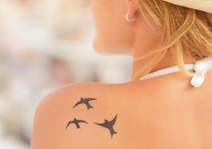 背中にタトゥーを入れている女性